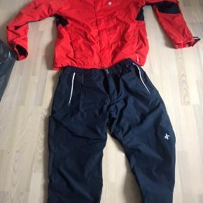 Kvalitets regntøj fra det svenske mærke cross sportswear med membran og meget let åndbar konstruktion. Aldrig brugt!! Normalprisen for sættet er ca 2000,-