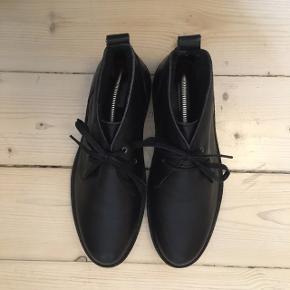Foret støvle i læder fra Samsøe & Samsøe. Brugt en gang - som man kan se på sålen er de som nye.   Prisen er Inklusiv fragt.