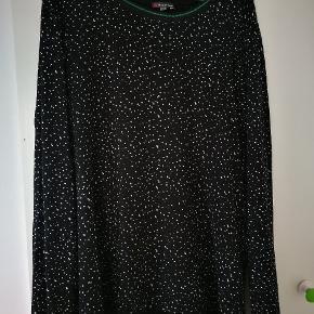 Street One bluse, sort med hvidt mønster og flot grøn glimmer kant i halsen, str. 46 Brystvidde 2x58 cm Længde 70 cm #30dayssellout