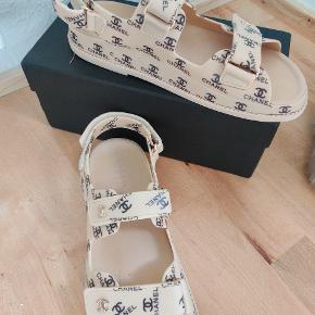 Super moderne dad sandals med CC logo. De er brugt under en time da de er en størrelse for store desværre, de er ellers virkelig behagelige at have på!  Sælges for 750 kr + fragt prisen.  De er med velcro så de kan justeres i hælen og over foden. Kassen følger med ved køb