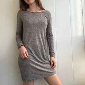 Super blød og luftig kjole fra Moss Copenhagen. Åben ryg der ser så fin ud med en bralette indenunder. Kan også stoppes i et par jeans og bruges som t-shirt🌾