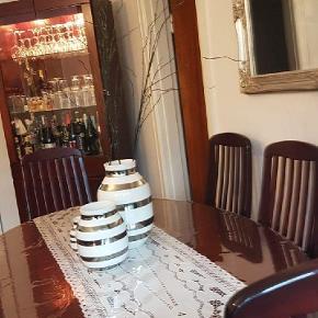 Sælger dette smukke vitrineskabe samt spisebordet med tilhørende stole der medfølger 2 tillægsborde med.   Fremstår som ny