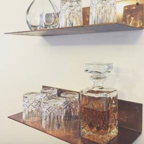 Danske designer hylder fra Craft Nordic. Hylderne er lavet af varmebehandlet kobber, hvilket får hylderne til at  se både blåt, mørkt og guldfarvet ud. Der er 2 hylder.