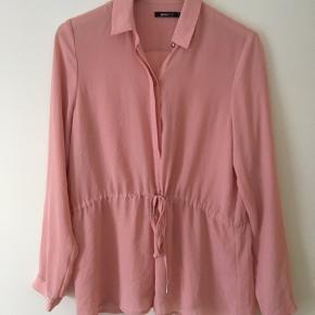 Fin skjorte med bindebånd i taljen str. 38. Brugt få gange. Skal dog bruges med top indenunder, da den er gennemsigtig i stoffet☺️ • nypris 299.
