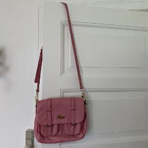 Virkelig smuk skuldertaske i satchel look fra DKNY. Den er brugt, og har lidt slid her og der, se billeder - flere i kommentarspor. Stadig rigtig fin