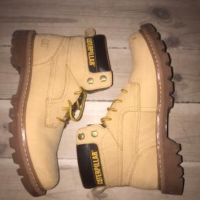Caterpillar støvler i beige sandfarvet, timberland lignende støvler. Brugt en enkelt gang. Størrelse 42. Med snørre.