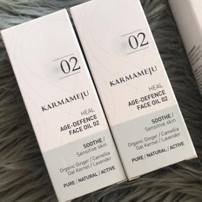 Sælger denne her lækre serie fra Karmameju 02 Sensitive skin 💗💖 har 2 olier, 2 face mist & 1 konjac sponge.  Der er lige nu udslag på hjemmesiden Nicehair, så Face Oil står til 390kr, face mist 180kr & konjac sponge 80kr ...   Min mp er : 200kr for olien — 100kr for face mist & 50kr for konjac svampen  DET HELE ER NYT, aldrig brugt 💗💖   BESKRIVELSE  Karmameju Soothe Calming Face Oil 02 er et fugtgivende serum, som har en beroligende virkning på irriteret og følsom hud. Det indeholder milde olier fra blandt andet kamille og morgenfrue, som er med til at reducere og forebygge inflammation i huden. Desuden er det med olier fra hyben, havtorn og tamanu, som er med essentielle fedtsyrer, og disse er med til at forebygge ældningstegn, samt at fremme hudens helingsproces. Derudover indeholder Karmameju Soothe Calming Face Oil 02 sandeltræ og lavendel, som virker beroligende og fugtgivende.