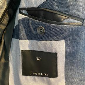 En mørkeblå hvidnistret blazer fra junk de luxe. Det er en str 46 / small Prisen er sat til 300kr men kan godt forhandles. (Har kostet 1500kr fra ny)