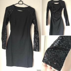 Sort, stram kjole med palliet-ærmer. Aldrig brugt; dog ikke med prismærke. Passes af XS-M.