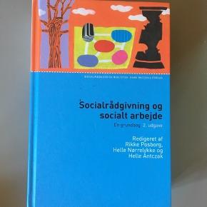 """""""Socialrådgivning og socialt arbejde - en grundbog"""" af Rikke Posborg, Helle Nørrelykke og Helle Antczak. 2. udgave. Ingen overstregninger."""
