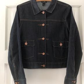 Cool enkel Monki denim jakke i mørkeblå.  Skriv gerne hvis du ønsker mål 📏✏️
