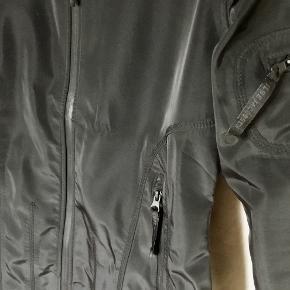 Den kende 3/4 regnjakke / overgangsjakke fra Ilse Jacobsen  Tapede sømme. Vandafvisende lynlås. Lomme på ærme. Lynlåse vandtætte. Vandtæt: 5.000 mm. Lynlås i lommerne. Internal cord stopper i hætten. Materiale : Shell 94% polyester og 6% elastan. Lining 100% polyester. Brugt få gange - købt en smule for lille. Købt i Magasin for 1700,- Kan sendes på købers regning : DAO 39,-.