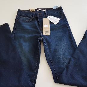Købt for store, og fik ikke lige byttet dem. Perfekt pasform. Slimming Straight Jeans. str 26/32