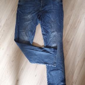 Fede jeans med masser af stræk. Livvidde 102 cm Indvendig benlængde 82 cm Pæne og velholdte.  BYD gerne - kig forbi mine andre annoncer og spar penge på også på portoen 😉