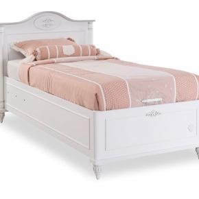 Hej sælger min seng som jeg ikke bruge længer alt det på medfølger byd gerne den er som ny senge tøjet på billedet medfølger også.  Hvis du intra kan du skrive en pb så finder vi en pris.   Byd maget gerne madrassen og det hele medfølger som sagt.  Hurtighandel 2000kr 🌸