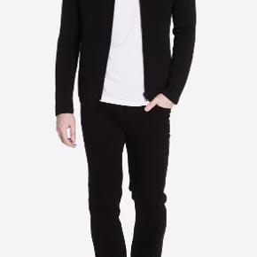 Varetype: Sweatshirt med lynlås Farve: Black Oprindelig købspris: 699 kr.  Aldrig brugt  Se også de mange andre annoncer på min profil