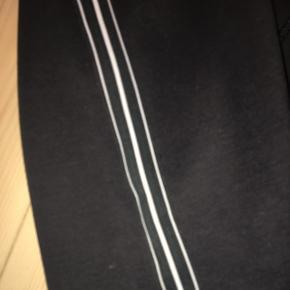 Fin nederdel fra H&M. Næsten aldrig brugt. Str. xs men s ville også kunne passe. Den ene snor er gået lidt op, men det er ikke noget der lægges mærke til. BYD 😊