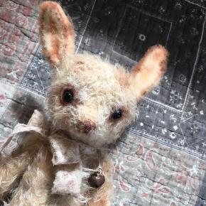 Samlerbamse.  Håndlavet kanin i mohairplys og med glasøjne.