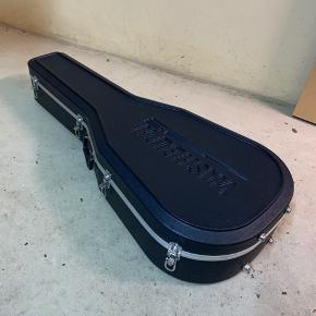 Jeg sælger denne hard case til en almindelig akustisk guitar, da den bare ligger derhjemme og ikke bliver brugt. Nypris mener jeg var omkring de 1.200,- Har brugt den få gange, så den er i rimelig ny stand, men den har små skrammer på metallet udenpå, som jeg kan sende billeder af.   Den kan afhentes i Randers. Hvis man bor i nærheden kan jeg muligvis komme omkring med den eller lign. Skriv og vi finder ud af noget.