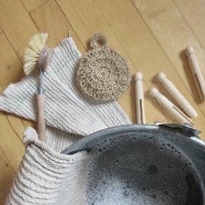2 stk. håndlavede jute svampe/børster.  Zero waste/bionedbrydeligt/komposterbart/eco-friendly/naturligt Kan bruges både til at rengøre grøntsagerne, gøre rent eller skrubbe huden.  De er holdbare pga materialet, tørrer nemt pga de er lavet med huller på bagsiden så luft kan komme igennem. Rengøres ved at hælde kogende vand over. Derudover kan den komposteres når den ikke dur længere, så du gør noget godt for jorden og naturen ved at udskifte dine plastiksvampe eller metalsvampe med en jute svamp.