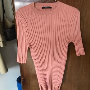Sælger denne fine uvaskede uld strik fra graumann  Farven er lige op i tiden i den brunlige skala  Sælger billigt