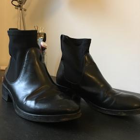Acne Comet boots i sort lak. Trænger til en omgang ved en skomager, men er stadig fine og lækker kvalitet. Str.37. Nypris ca 3500. Er til at forhandle med om pris:)