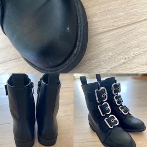 Støvler fra H&M Brugt få gange, men har været uheldig at ramme noget som har givet en rids på den ene støvle. Str. 37