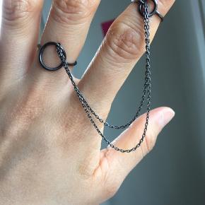 Cool, rå dobbelt-ring med kæde. Perfekt stand