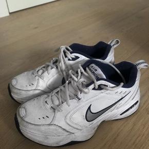 Skoene vaskes før de sendes afsted:)