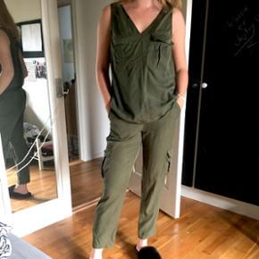 Lækkert armi grønt sæt købt i New York. Str. S/M. Aldrig brugt og sælges kun da jeg skal have ryddet ud i mit skab. BYD og skriv for flere billeder 🎉🎉