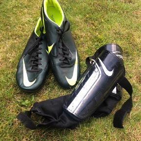 Fodboldsæt med benskinner og fodboldstøvler i str 43  Byd gerne