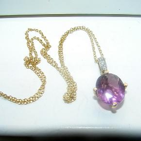 Rocks & co  Flot halskæde med en 5.15ct stor rund Spanish Pink Fluorite og 3 små diamanter og er i 9 karat guld. Synes nu den mere er lyselilla ind den er pink. Kæden er i både sølv og guld, er stemplet 925 & 9k. og er 46cm. lang. Se også ringen jeg har til salg, som passer til halskæden.