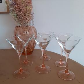 6 stk. Franske Luminarc retro cocktail glas med rosa lyserød stik. Det er ikke nødvendigt at købe dem samlet. 30 kr. Per stk. Har også to champagne glas til salg. Kan afhentes i Virum eller sender gerne.