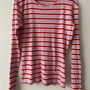 Fin stribet bluse fra Mads Nørgaard i rød og lyserød.  Ingen tegn på slid. God stand.
