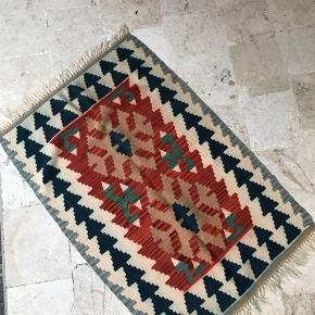 78x120  Håndvævet kelimtæppe fra Anatolien i starten af 90'erne   Tæppet er vendbart, så man kan bruge den side man synes er finest.