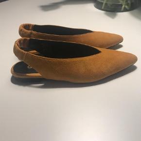 Varetype: Andet Farve: Orange Oprindelig købspris: 1500 kr.  Super fede slingback sko fra Gestuz. Flotteste orange farve, kun brugt 1/2 dag.  Bytter ikke.