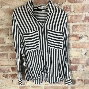 Flot skjorte fra ZARA Basic Collection i størrelse M. Fitter også S. Brugt nogle gange men er i fin stand. Kan sendes med DAO for købers regning 🤍  Der gives mængderabat, så kig endelig mine annoncer igennem 🌸