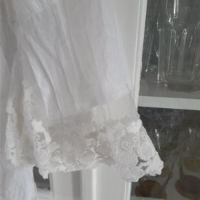 Rigtig fin skjorte med blonder  Mærker er klippet ud  men ca en xl Fremstår som ny   NU NEDSAT  Skjorte Farve: Hvid