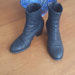 Støvler fra Billi Bi i sort imiteret slangeskind. Lynlåslukning bagpå. Hælhøjden er 6 cm. Brugt få gange.