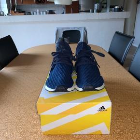 Sælger disse skønne Adidas Nmd Xr1 da jeg ikke bruger dem mere:)  De er købt for omkring 2 år siden og det betyder at jeg desværre ikke har boksen mere:( Men de bliver sendt i en erstatningsboks.  Skoen er i fin stand og ikke brugt specielt meget.  Den bliver sendt fra Gadstrup (Roskilde området)  Skoen er en str. 42 2/3 og sidder dejligt tæt på foden.  Den er helt vild dejlig at have på og man kan sagtens gå i den dag ind dag ud hvis det er det man har lyst til:)