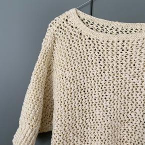 Smuk vintage strikket top i lysegul/hvid. Fremstår helt ny og uden tegn på slid! Passer str S-M ✨