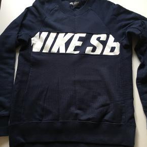 Lækker sweatshirt fra Nike SB - det er en herremodel. Brugt ganske få gange.