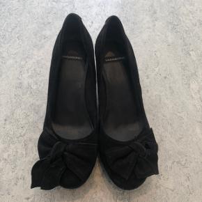 Vagabond kilehæl sko i ruskind med sløje på snuden. Brugt få gange.