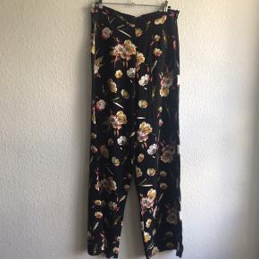 Skræddersyede bukser med vidde i viskose. Flotteste farverige blomsterprint. Usynlig lynlås i siden