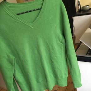 Grøn v-hals strik, passer størrelse S/M