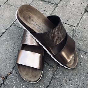 Smukke sandaler fra Re:designed i str. 39 🌺  Sandalerne er brugt 2 gange og fejler derfor intet. Kvitteringen haves endnu med 2 års reklamationsret 🌺  Nypris 300kr Sælges for 200kr eller 2 par for 300kr (se sidste billede)