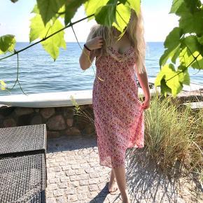 🌸🌸🌸🌸🌸🌸🌸🌸🌸 Meget romantisk sart rosa blomstret kjole. Ville byde på at det er en vintage kjole fra 90'erne-00'erne. Blonde detalje og justerbare stropper. Skøn på en sommerdag.  Kom gerne med bud og spørgsmål om mål, flere billeder osv.  🌸🌸🌸🌸🌸🌸🌸🌸🌸