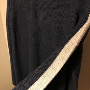Strik i mørkeblå med hvide striber på ærmerne  Jeg giver mængderabat ved køb af flere ting
