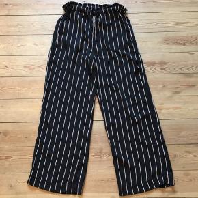 Fede vide bukser fra H&M. Sorte med rød/hvide striber. Perfekt stand.  Kan afhentes i Århus eller Vejle, eller sendes med DAO:)