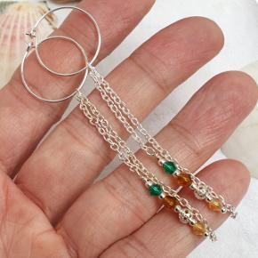 Hjemmelavede hoops med vedhæng med  koniske krystaller. Hoopsene er 2 cm i diameter. Hele længden er 9,4 cm. Fast pris.  👉 Tryk på mit profilbillede for at finde flere smykker med beskrivelser og priser 🍀